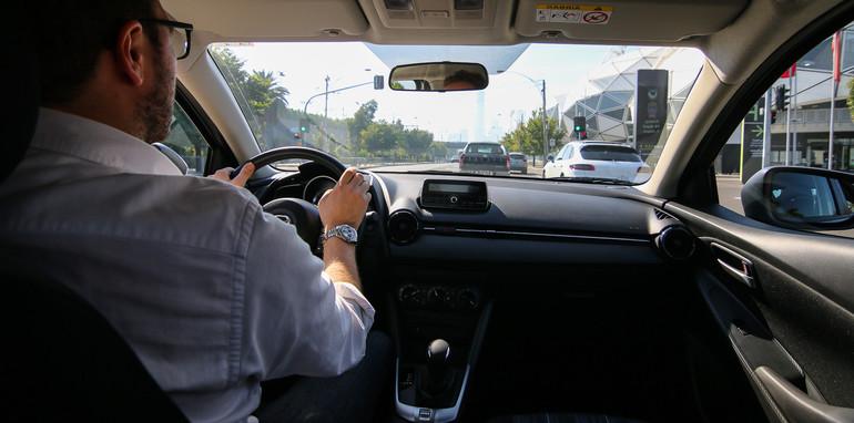 左ハンドルの運転は初心者でも慣れる?メリットとデメリット