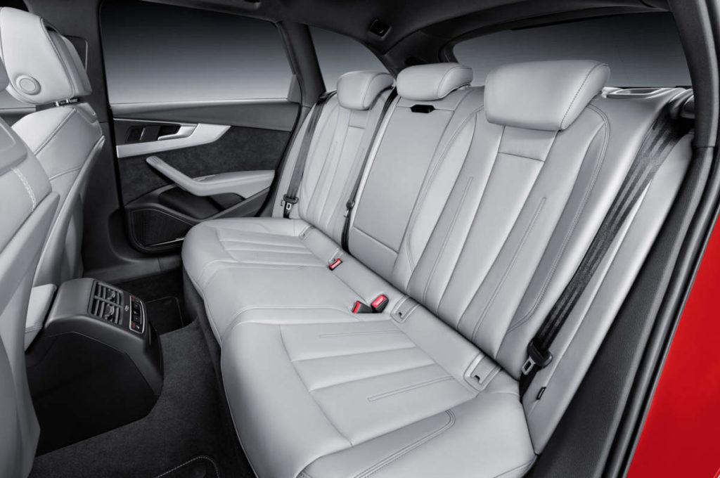 新型アウディA4 2019 内装 後部座席