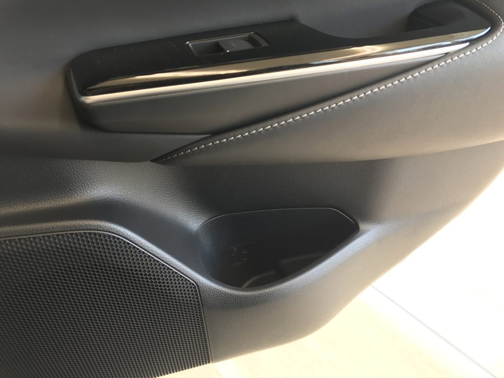 新型クラウン 内装 後部座席のドリンクホルダー
