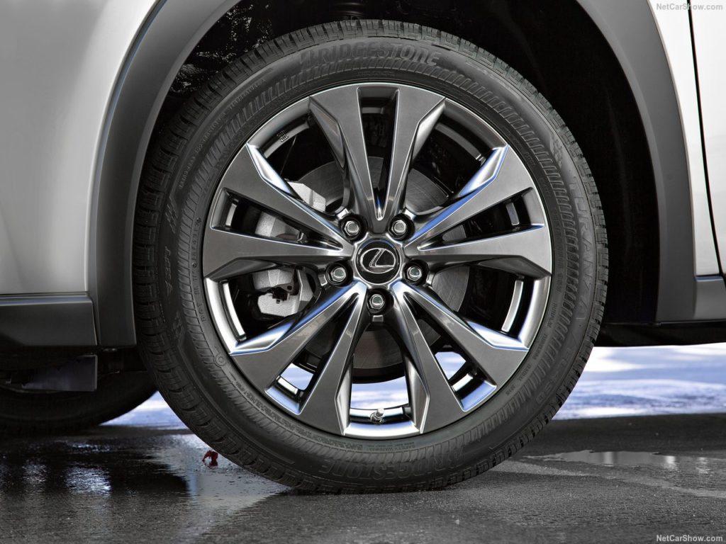 レクサスUX タイヤサイズ