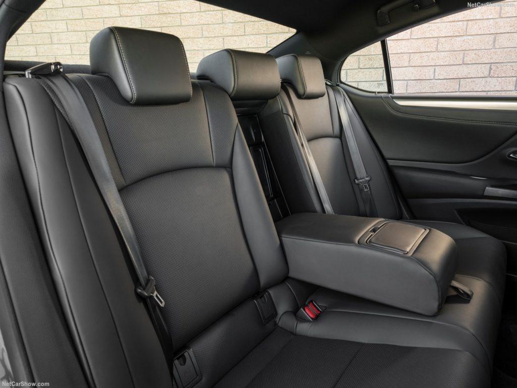 レクサスES 内装 後部座席