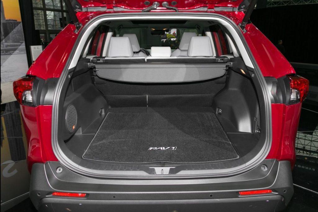 新型RAV4の 荷室