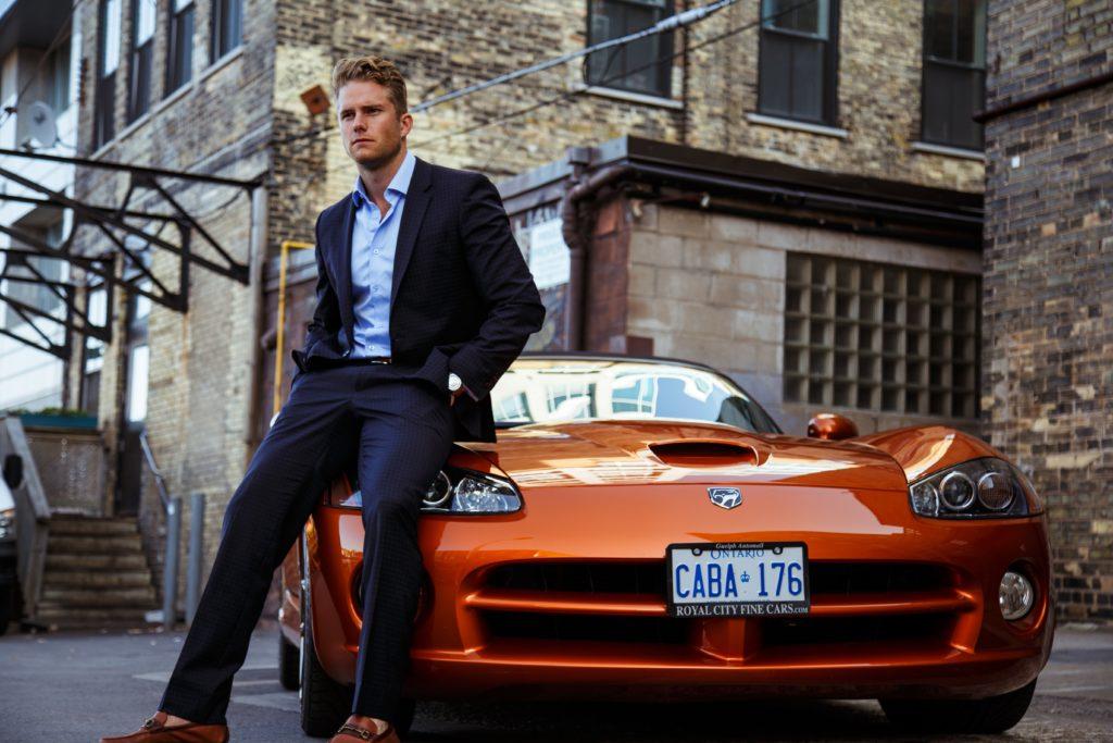 車とスーツの男性