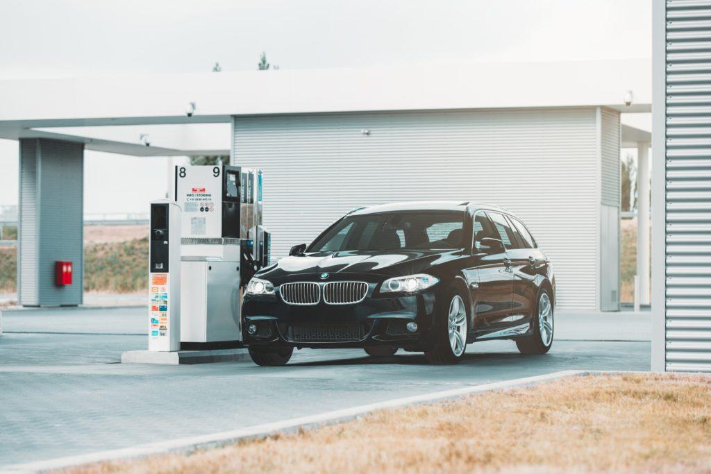 ガソリンスタンドとBMW