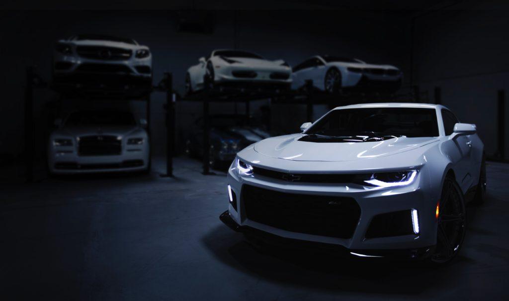 ガレージの中にある複数の車