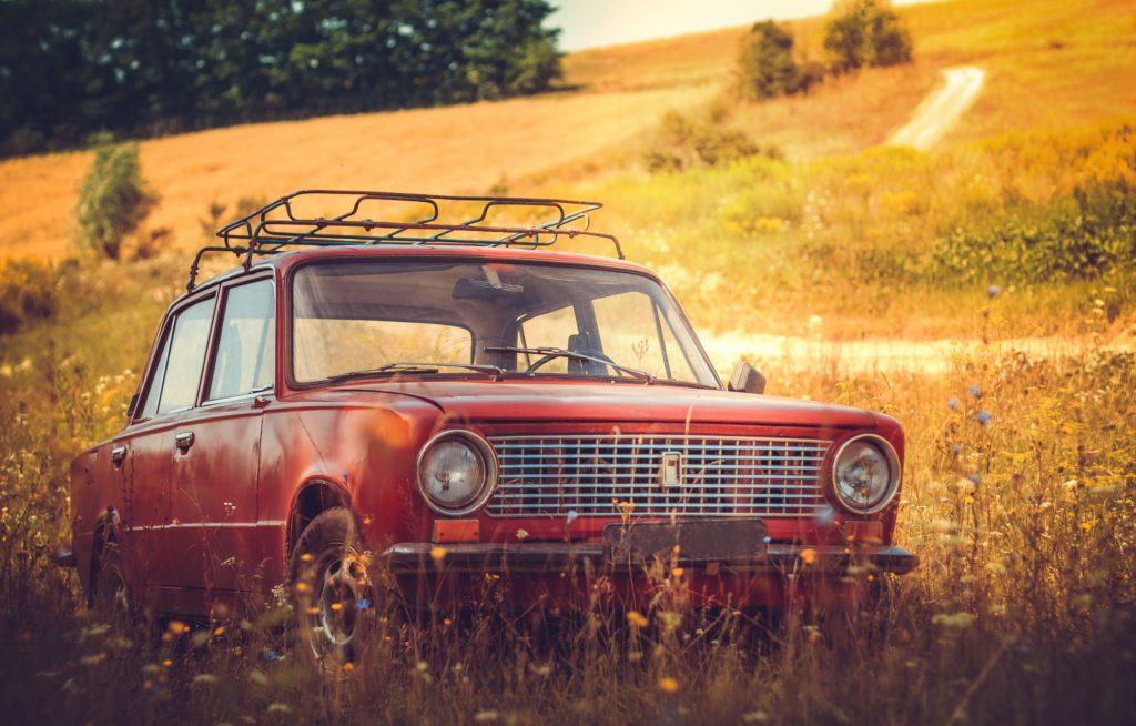 自然の中の車