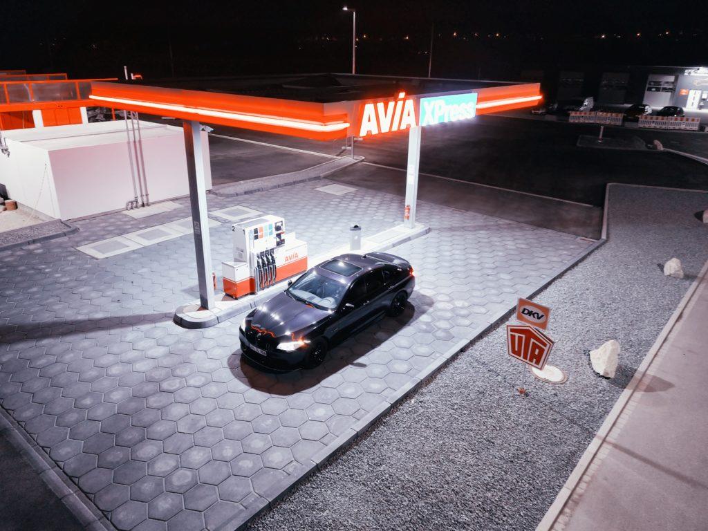 ガソリンスタンドに停まる一台の車